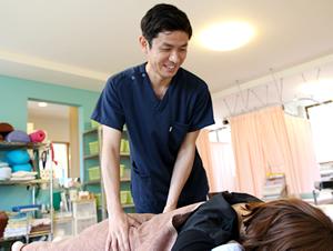 いかりやま接骨院で腰痛治療を受けている女性